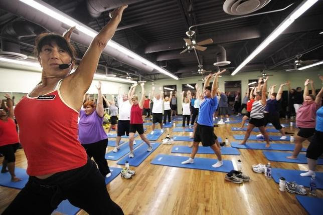 Trainer Anne Marie Smith (L) leads guests in a Pilates workout before dawn at the Biggest Loser Resort in Ivins, Utah September 6, 2010.  REUTERS/Rick Wilking