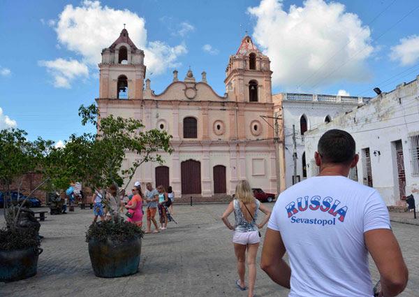 Integrantes del turoperador ruso Pegas Touristik, durante una visita a la Plaza del Carmen, en Camagüey, Cuba, el 16 de noviembre de 2018.      ACN  FOTO/ Rodolfo BLANCO CUÉ