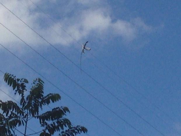 Pedaço de helicóptero ficou preso na fiação (Foto: João Paulo de Castro/G1)