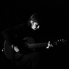 photo de concert guitariste noir et blanc
