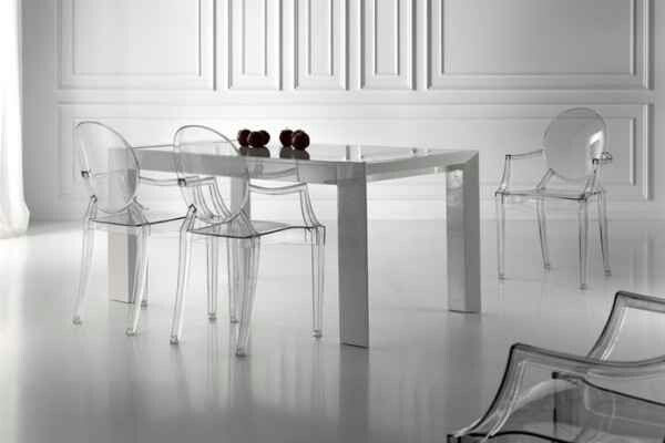 silla transparente + mesa opaca