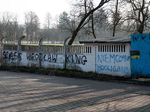 Fotoblog Niemcza 2014 03 09 Kibice Wks Slask Napisy Znaki Drogowe Spacer
