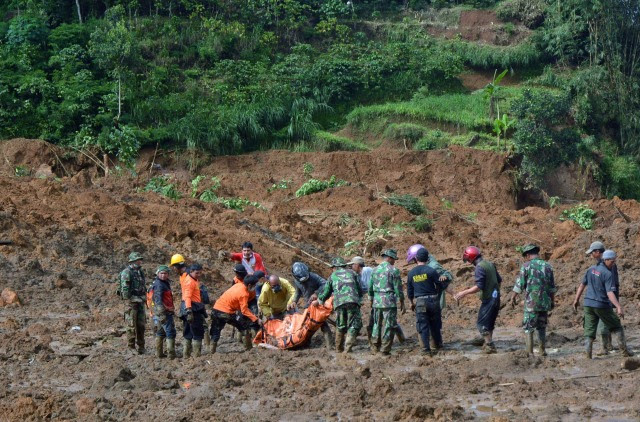 Image: A rescue team searches for survivors and remove bodies after a landslide at Jemblung village in Banjarnegara, Indonesia