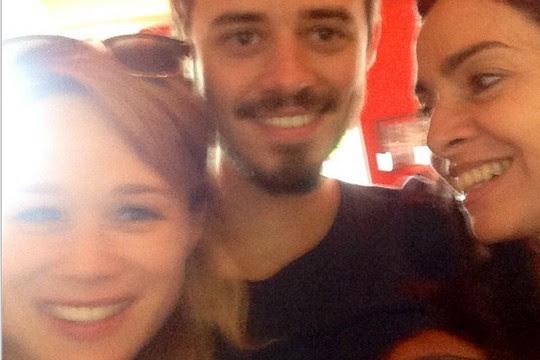 Mariana Ximenes, Cláudia Ohana e o diretor Pedro Morelli em um dos intervalos das filmagens de Zoom (Foto: Reprodução Instagram)