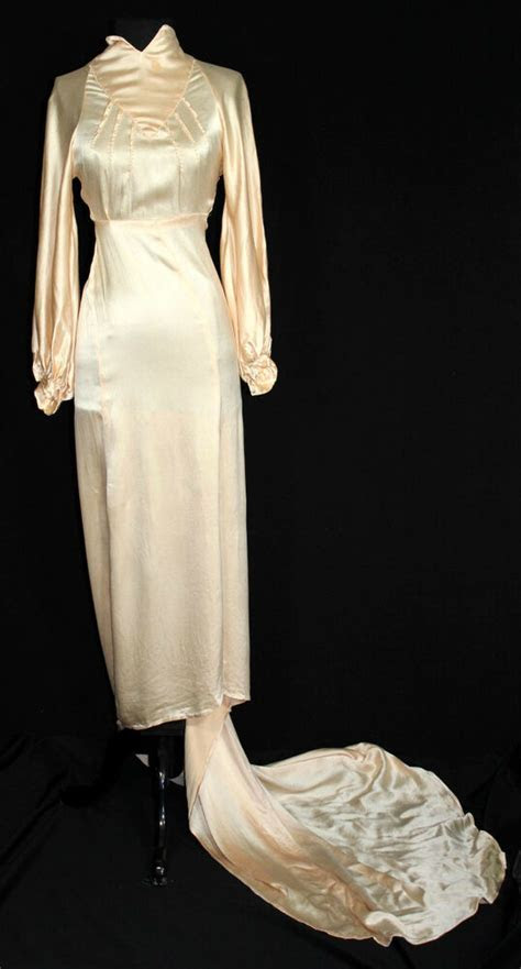 EXCEPTIONAL RARE VINTAGE 1930'S LONG PEACH SILK SATIN