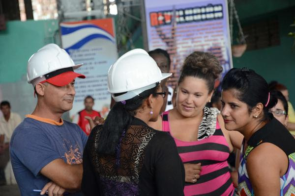 Distintas generaciones de azucareros, se toman un descanso en medio de la jornada donde celebran el Día del Trabajador de ese sector, en el central Ecuador en el municipio de Baraguá, en Ciego de Ávila. Cuba. AIN FOTO/ Osvaldo GUTIÉRREZ GÓMEZ