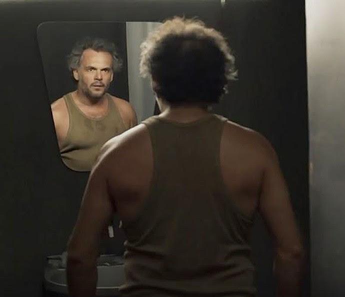 José Augusto bate a cabeça no espelho (Foto: TV Globo)
