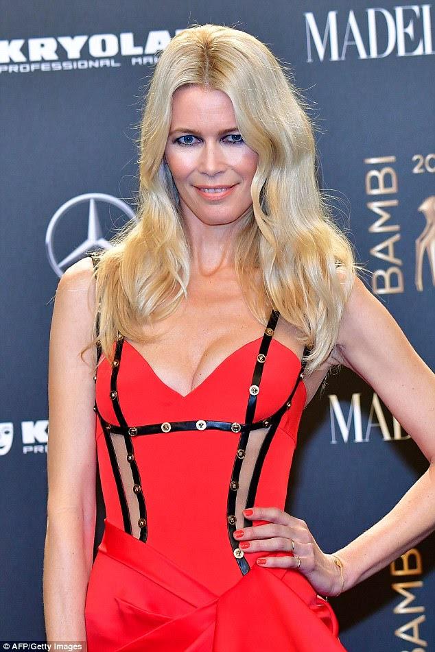 Vestido de declaração: a supermodelo alemã parecia incrível em um vestido vermelho brilhante com uma declaração de saia acorrentada, exagerando a elegância enquanto caminhava pelo tapete vermelho