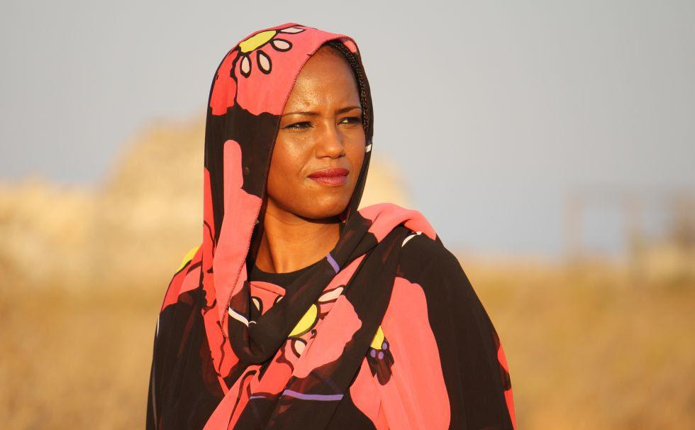 La saharaui Aziza Brahim canta contra el drama de los refugiados