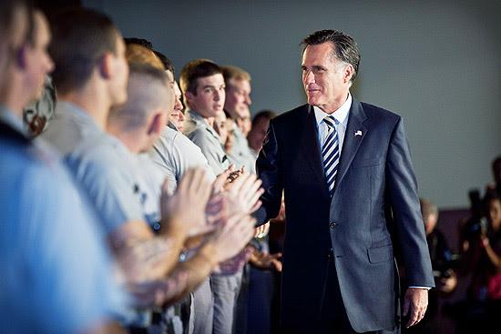 O ex-governador de Massachusetts, Mitt Romney, saúda cadetes antes de discursar sobre política externa