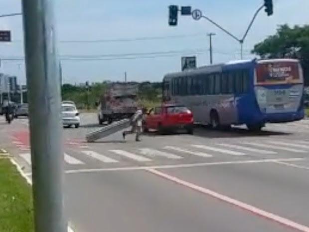 Funiconário arrasta caixão de caiu de veículo funerário em avenida de Palmas (Foto: Reprodução)