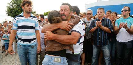 População compareceu a velório de vítimas e se comoveu na cerimônia. / Foto: Alexandre Gondim / JC Imagem