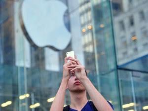 Fã da Apple em frente à principal loja da empresa, na Quinta Avenida, em Nova York, no dia do lançamento dos iPhones 5C e 5S. (Foto: Stan Honda/France Presse)