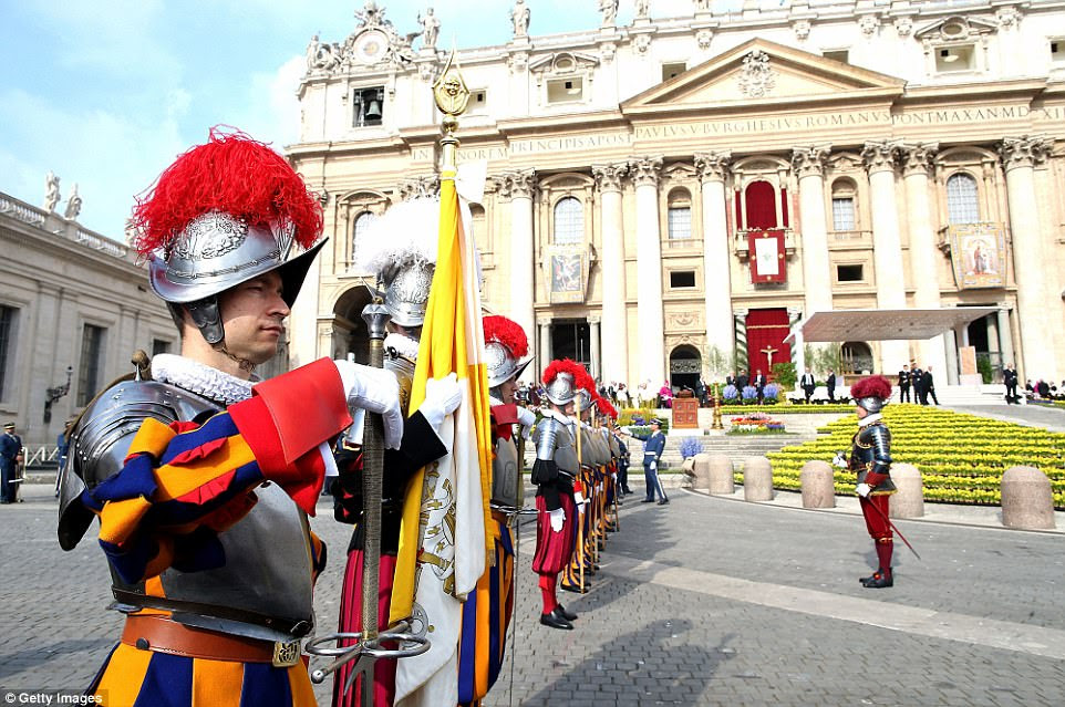 Guardas suíços participam da missa de Páscoa do Papa