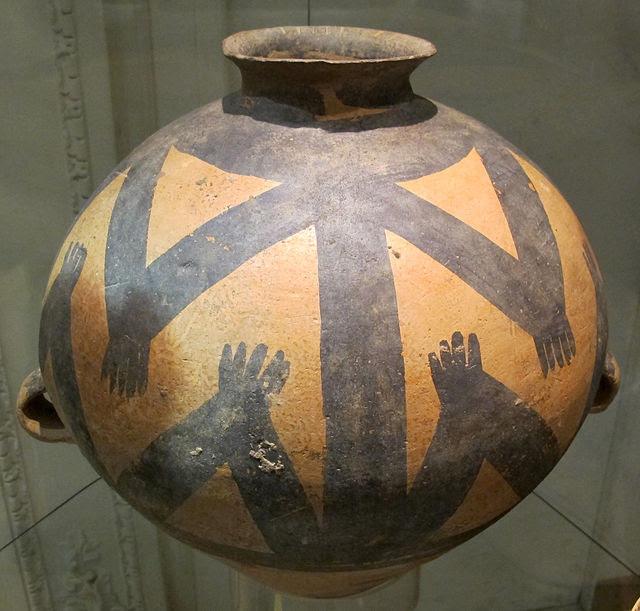 Cultura majiayao, vaso dipinto a corpo sub-ovoidale con prese a nastro, fase machang, 2300-1800 ac. ca.JPG