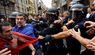 Miembros de la policía detienen a integrantes del colectivo 'Stop Desahucios' en junio de 2012. REUTERS