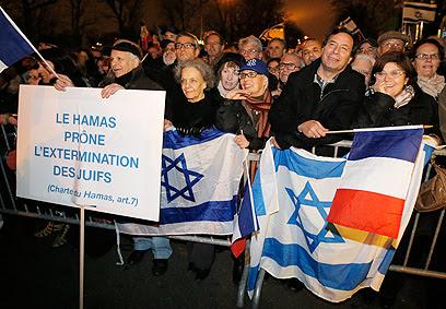 """ההפגנה בפריז: """"אמנת חמאס קוראת להשמיד את היהודים"""" (צילום: AP)"""