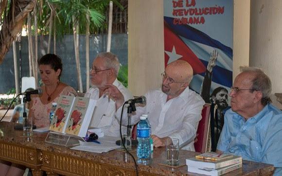 Jorge Risquet com Piero Gleijeses em Cuba durante a apresentação do livro mais recente pelo historiador americano.  derrecha para Ricardo Alarcon, julho de 2015. Foto: Orlando Perera