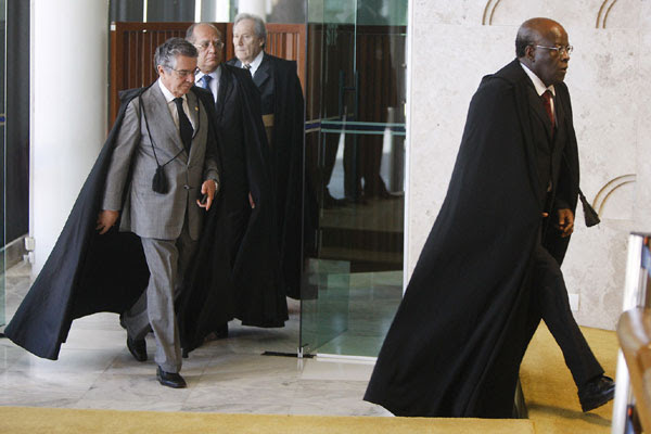 Barbosa entra no plenário do Supremo Tribunal Federal para última sessão antes da aposentadoria