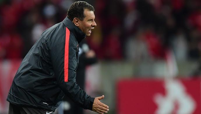 O técnico Celso Roth, do Internacional, na partida contra o Santos, válida pela 23ª rodada do Campeonato Brasileiro (Foto: Vinicius Costa/Futura Press)