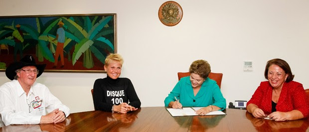 Ao lado de Xuxa e Sérgio Reis, Dilma Rousseff assina lei que torna crime hediondo a exploração sexual de criança e adolescente (Foto: Roberto Stuckert Filho/PR)