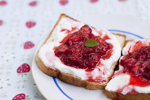 Maasika-kohupiimasaiad / Toast with curd cheese and strawberries