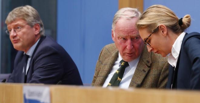 Alexander Gauland, el principal candidato del partido ultraderechista alemán AfD, flanqueado por otros dos dirigentes del partido, Alice Weidel y Joerg Meuthen, en la rueda de prensa en Berlín tras las elecciones legislativas de este domingo. REUTERS/Fabr