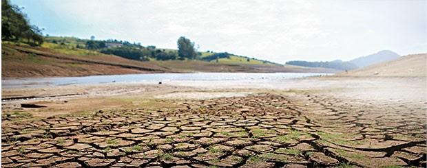 CADÊ A ABUNDÂNCIA? Reservatório do Sistema Cantareira em Bragança Paulista. A crise mostra como o país precisa mudar  a forma como  lida com a água (Foto: Luis Moura/Estadão Conteúdo)