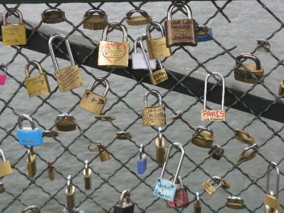 fabulous friday foto locks of love in paris love in paris 560x420