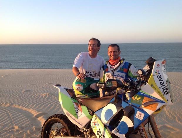 Jean Azevedo e Kleber Tinoco, após treino nas dunas do Rio Grande do Norte (Foto: Kleber Tinoco/Arquivo Pessoal)