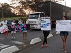 Grupo protesta contra corte de van escolar (Eduardo Marcondes/ TV Vanguarda)