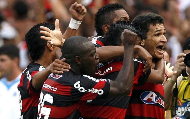 Ronaldo Angelim gol Flamengo x Grêmio 2009 (Foto: EFE)
