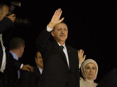 El primer ministro turco, Recep Tayyip Erdogan (i), y su esposa, Emine, saludan a sus seguidores. EFE/Kerim Okten