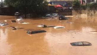 Dupa incendii, Atena este afectata de inundatii grave: Masini inghitite cu totul de apa (Video)