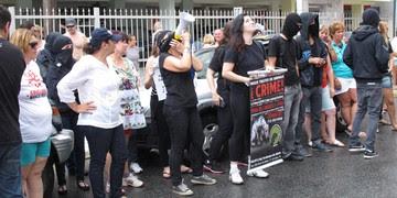 Ativistas protestam em prédio de onde cão foi arremessado (Silvio Muniz/ G1)