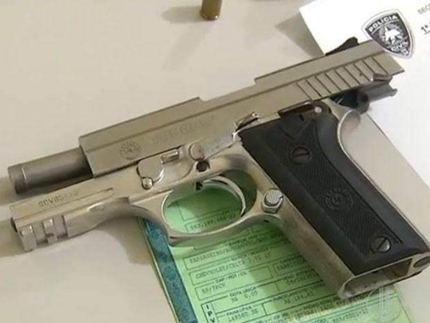 Pistola de uso restrito da polícia foi encontrada no carro do suspeito (Foto: Reprodução/Inter TV Cabugi)