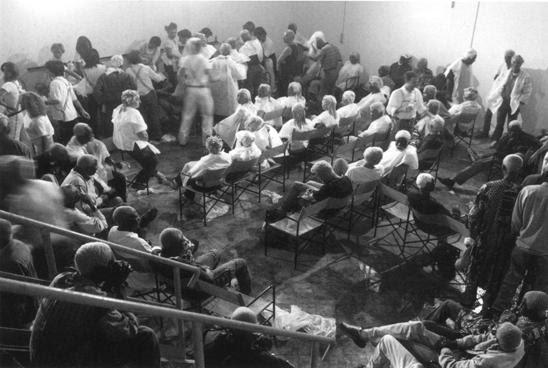 Santiago Sierra, 133 personas remuneradas para ser teñidas de rubio (133 persons paid to have their hair dyed blonde), 2001. Installation view, Venice Biennale. Courtesy of Galerie Peter Kilchmann, Zurich.