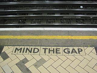 """""""Mind the gap"""" como mosaico de azulejos en la estación Victoria de Londres"""