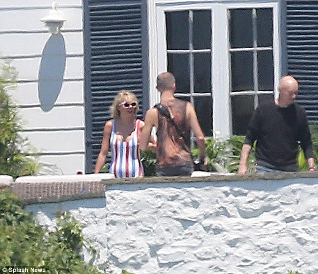 Miss America: Taylor Swift, 26 anos, foi certamente sentindo patriótico como ela vestiu um maiô listrado vermelho, branco e azul para ela festa repleta de estrelas festança do Dia da Independência