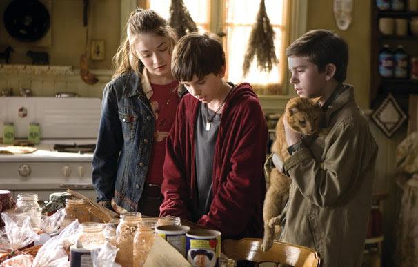 Os gêmeos Jared e Simon (Freddie Highmore), junto com a irmã, Mallory (Sarah Bolger), descobrem um livro que leva a um mundo alternativo (Foto: Divulgação)