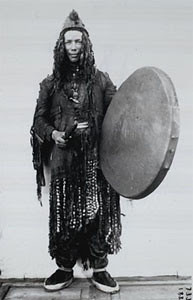 Sakha Yukaghir shaman with frame drum, near Kolyma River North Eastern Russia. Sjaman med rammetromme fra nordøst Russland