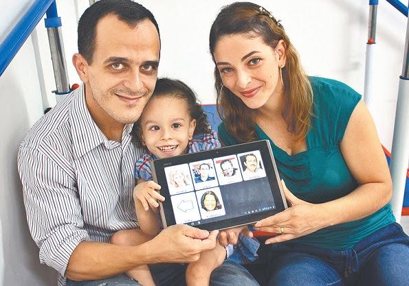 Clara e seus pais (Foto: Diário de Pernambuco)