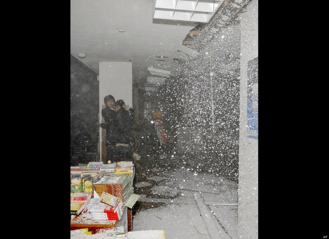 اشخاص يتحامون ببعضهم في زلزال اليابان
