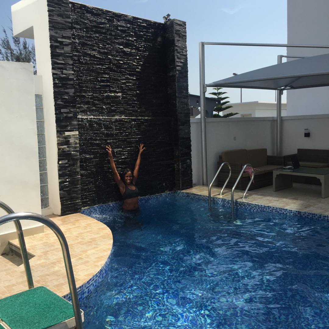 Linda Ikeji Enjoying Her Swimming Pool ( Sunday Photos )