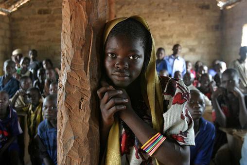 Κεντρική Αφρικανική Δημοκρατία: Τα κορίτσια και οι γυναίκες εξακολουθούν να υφίστανται βία, ιδιαίτερα στα βόρεια τμήματα της χώρας που πλήττονται από συγκρούσεις, και εξαιτίας τους έχουν καταστραφεί υποδομές ζωτικής σημασίας, συμπεριλαμβανομένων των σχολείων. Εδώ, ένα κορίτσι που πηγαίνει σ' ένα απομακρυσμένο σχολείο. Μόνο τα μισά παιδιά της περιοχής πηγαίνουν στο σχολείο. Η Κεντρική Αφρικανική Δημοκρατία έχει το δεύτερο χαμηλότερο προσδόκιμο ζωής στον κόσμο, τα 48 χρόνια, και το πέμπτο υψηλότερο ποσοστό θανάτων από λοιμώξεις και παρασιτικές ασθένειες.