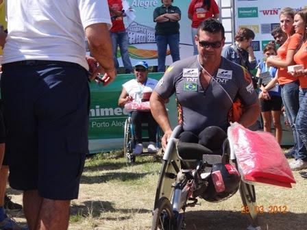 Enquanto Secretário Edgar Meurer premia 3o colocado da prova, o vencedor, Carlos Roberto de Oliveira, se retira da cerimônia, em protesto