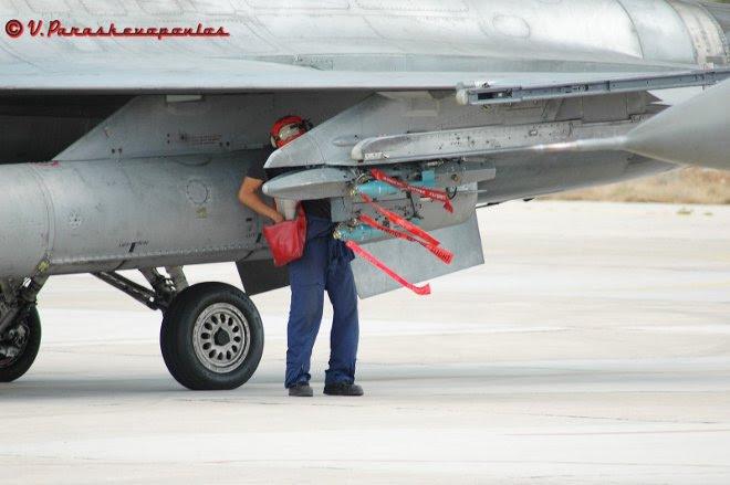 Οι Τεχνικοί όλων των ειδικοτήτων της ΠΑ μας μοχθούν και καταφέρνουν, με τις όποιες καιρικές ή μη συνθήκες, να παρέχουν ετοιμοπόλεμα μαχητικά και εκπαιδευτικά αεροσκάφη.