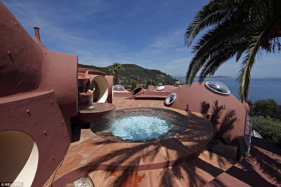 There is also a hot tub overlooking the ocean which is perfect for entertaining guests or simply for a relaxing evening in