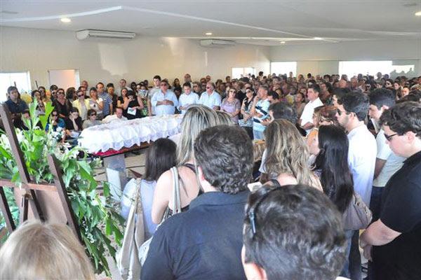 Centenas de amigos e familiares compareceram ao velório do filho de Nélter Queiroz