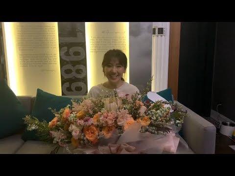 """Cận cảnh bó hoa """"siêu to khổng lồ"""" Trấn Thành tặng Hariwon trong đêm mini concert 21/9/2019"""